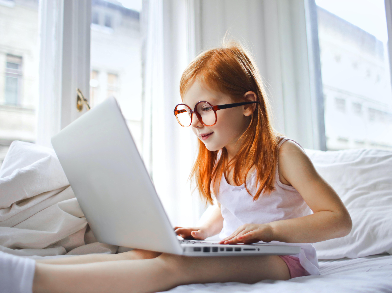 dziewczynka z laptopem
