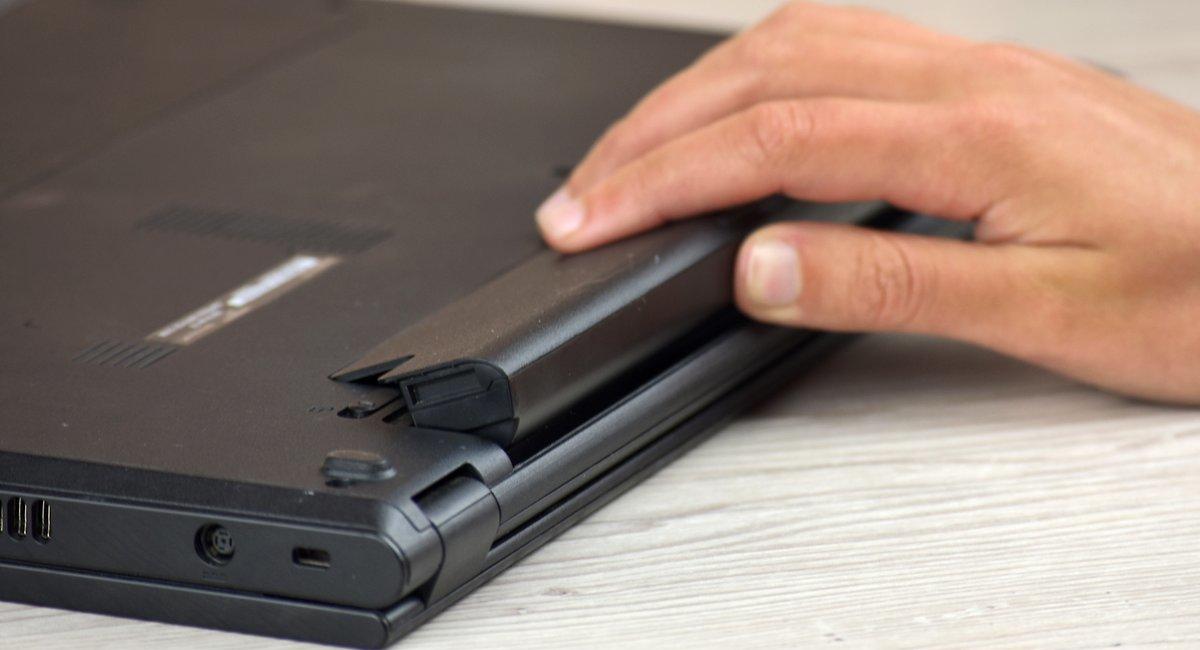 laptop po zalaniu wyjmij baterie